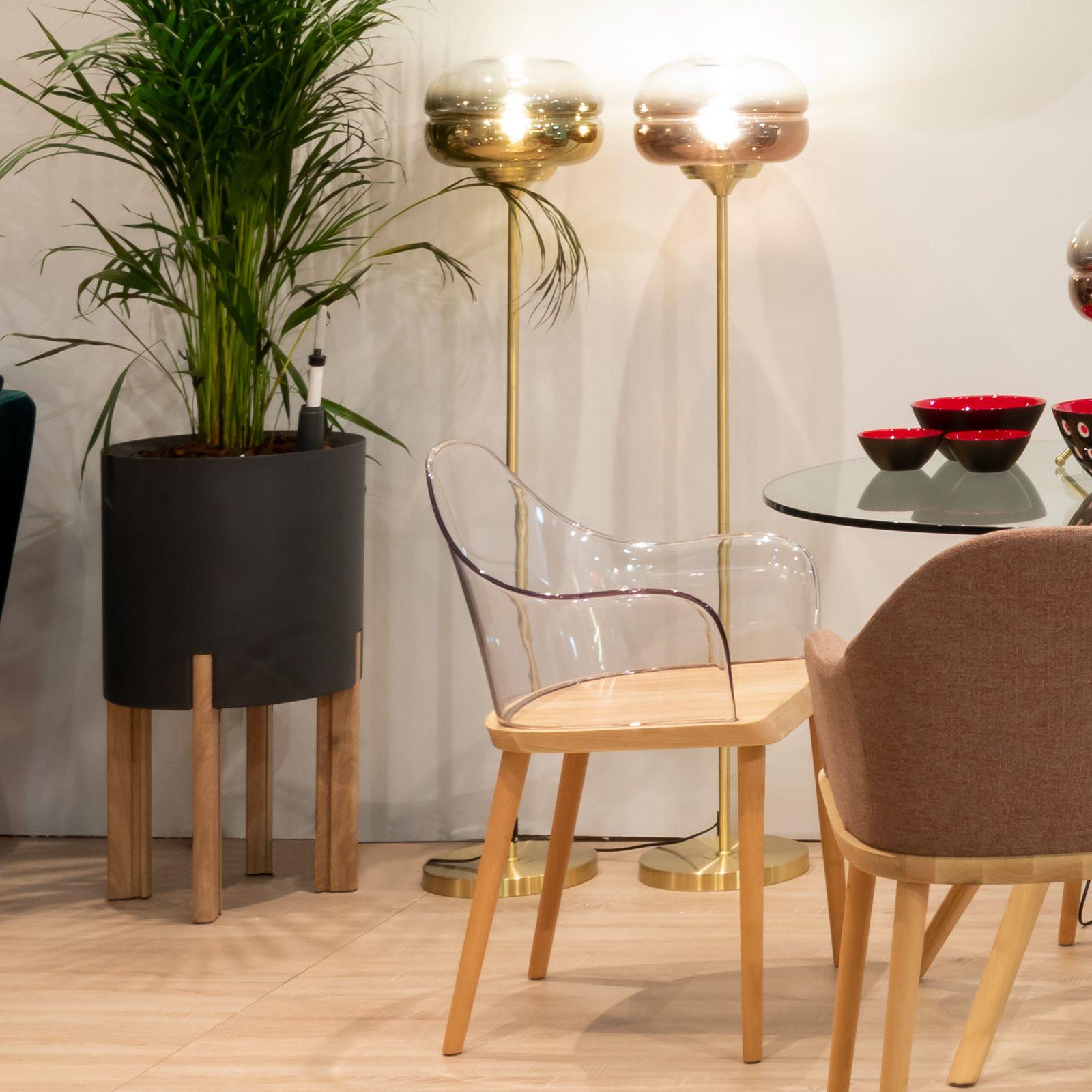 BEKSAND | Silla con brazos. Madera de fresno y policarbonato transparente (57 x 54 x 82 cm)