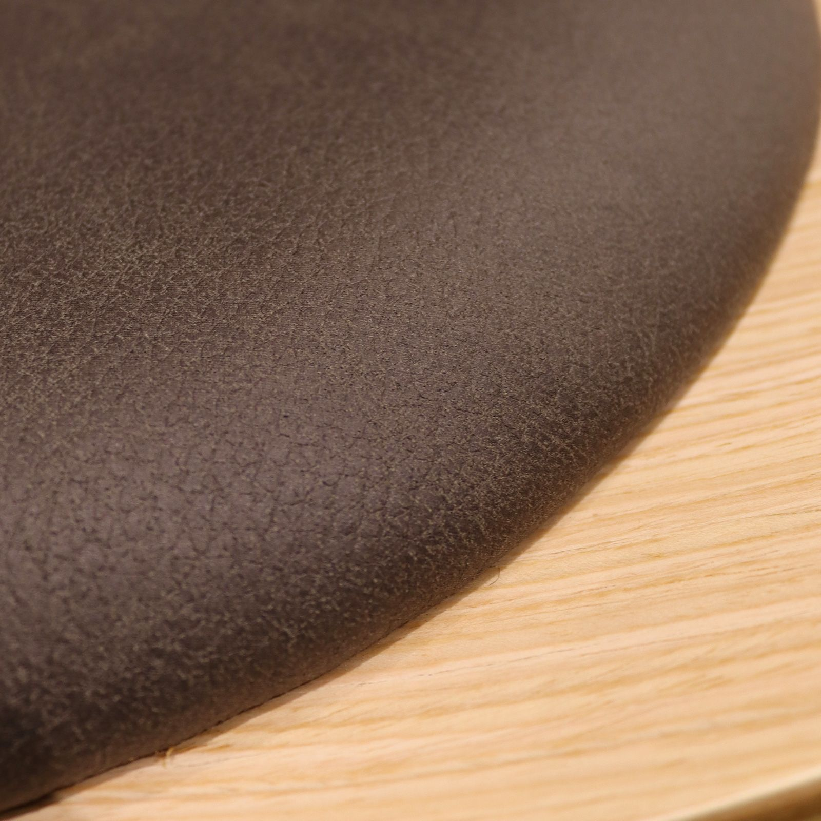 NICO   Butaca de madera contrachapada con cojín gris oscuro (82 x 89 x 74 cm)